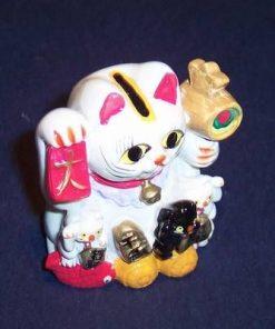 Familie de pisici norocosi cu simboluri de bun augur