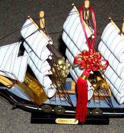 Corabia Bogatiei din lemn, cu simboluri Feng Shui - neagra