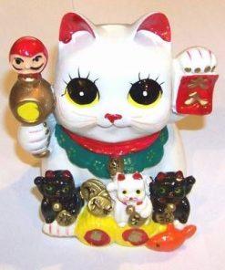 Familie de pisici norocos cu simboluri de bun augur
