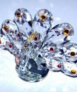 Paun din cristal multifatetat cu cristale rosii si galbene